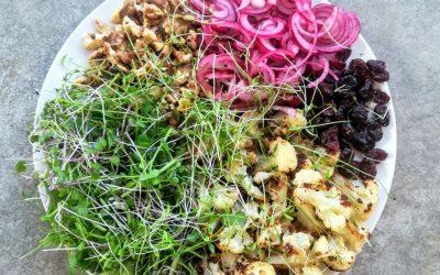 Pečený šalát z karfiolu s opekanými vlašskými orechmi, čučoriedkami a čerstvou mikrozeleninou